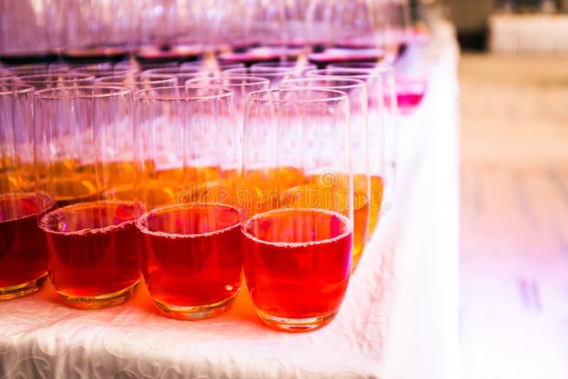Πολλά γυαλιά με το ποτό σε ένα γεύμα μπουφέδων στοκ εικόνα