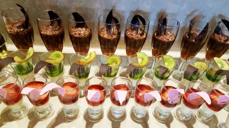 Πολλά είδη γλυκών επιδορπίων σε ένα εστιατόριο στοκ φωτογραφία με δικαίωμα ελεύθερης χρήσης