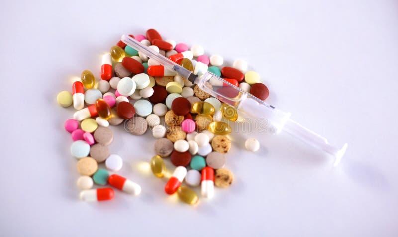 Πολλά ζωηρόχρωμα φάρμακο και χάπια άνωθεν στοκ εικόνες