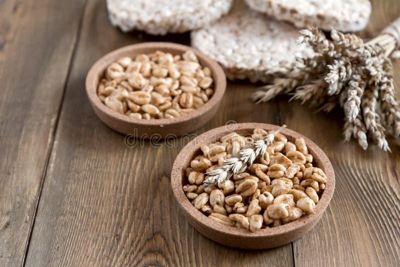 Πολλά διαφορετικά είδη προϊόντων έκαναν από τα τραγανά ψωμιά διατροφής σίτου στην ξύλινη υγιή οργανική τροφή Rustic αντίγραφο SPA στοκ εικόνα