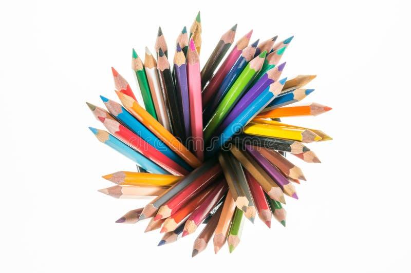 Πολλά διαφορετικά χρωματισμένα μολύβια στην κορυφή μοιάζουν με την ακτίνα με το μόριο στοκ εικόνες με δικαίωμα ελεύθερης χρήσης