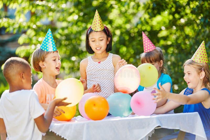 Πολλά παιδιά γιορτάζουν τα γενέθλια στοκ φωτογραφίες με δικαίωμα ελεύθερης χρήσης