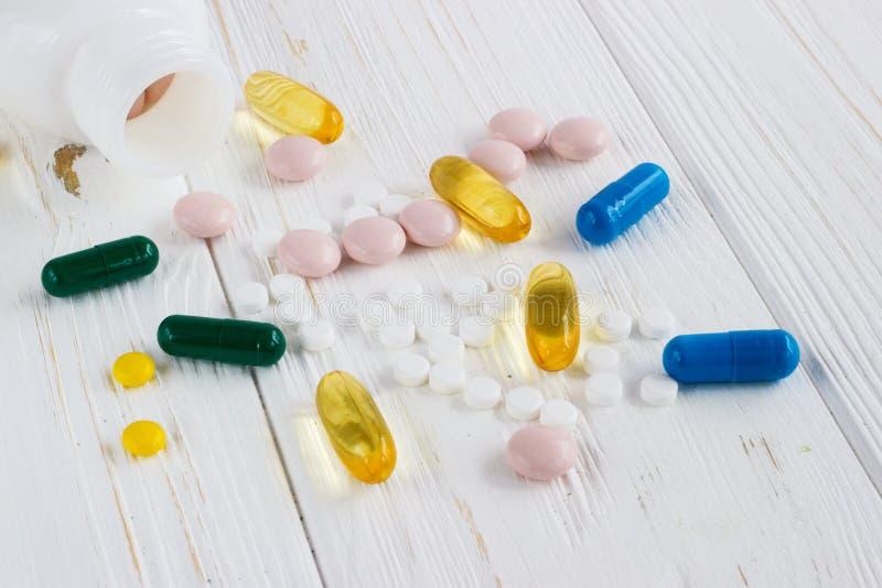 Πολλά χρωματισμένα χάπια ιατρικής στο άσπρο υπόβαθρο στοκ εικόνα