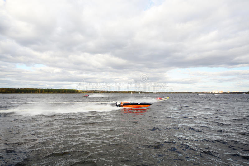 Πολλά sportsmans επιπλέουν γρήγορα στη βάρκα μηχανών στον ποταμό στοκ εικόνα με δικαίωμα ελεύθερης χρήσης