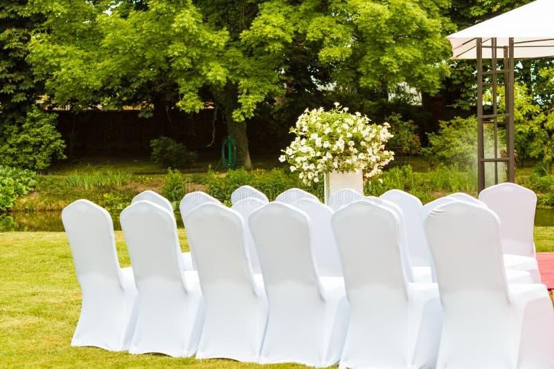 Πολλές γαμήλιες καρέκλες με τις άσπρες κομψές καλύψεις στοκ φωτογραφίες με δικαίωμα ελεύθερης χρήσης