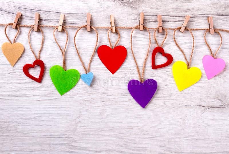 Πολλές ζωηρόχρωμες καρδιές στο σχοινί στοκ φωτογραφίες