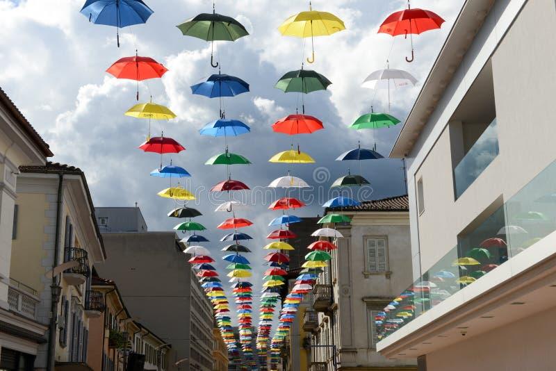 Πολλές ζωηρόχρωμες ομπρέλες που κρεμούν στη για τους πεζούς οδό Chia στοκ φωτογραφίες με δικαίωμα ελεύθερης χρήσης