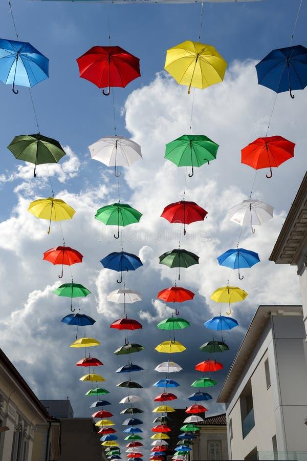 Πολλές ζωηρόχρωμες ομπρέλες που κρεμούν στη για τους πεζούς οδό Chia στοκ φωτογραφία