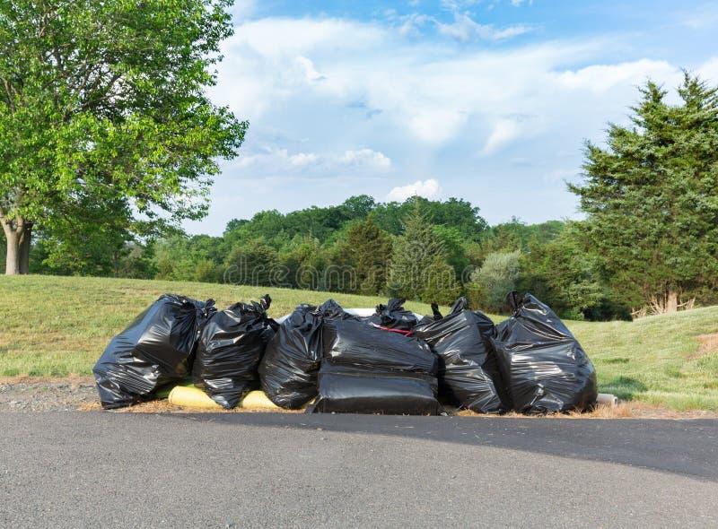 Πολλές μαύρες πλαστικές τσάντες των απορριμμάτων ή των σκουπιδιών στοκ φωτογραφία με δικαίωμα ελεύθερης χρήσης
