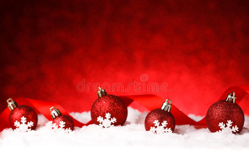 Πολλές σφαίρες Χριστουγέννων στο χιόνι στοκ εικόνες με δικαίωμα ελεύθερης χρήσης