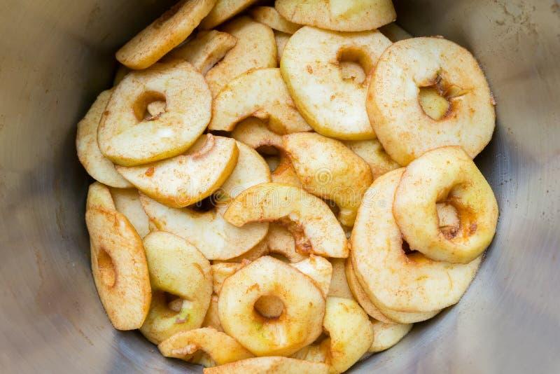 Πολλές φέτες μήλων στο τηγάνι μετάλλων στοκ εικόνα