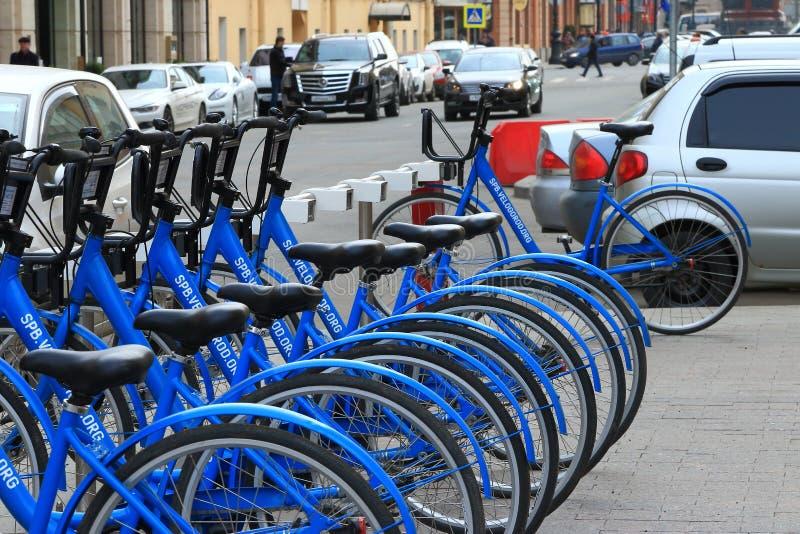 Ποδήλατα και αυτοκίνητα στοκ εικόνες