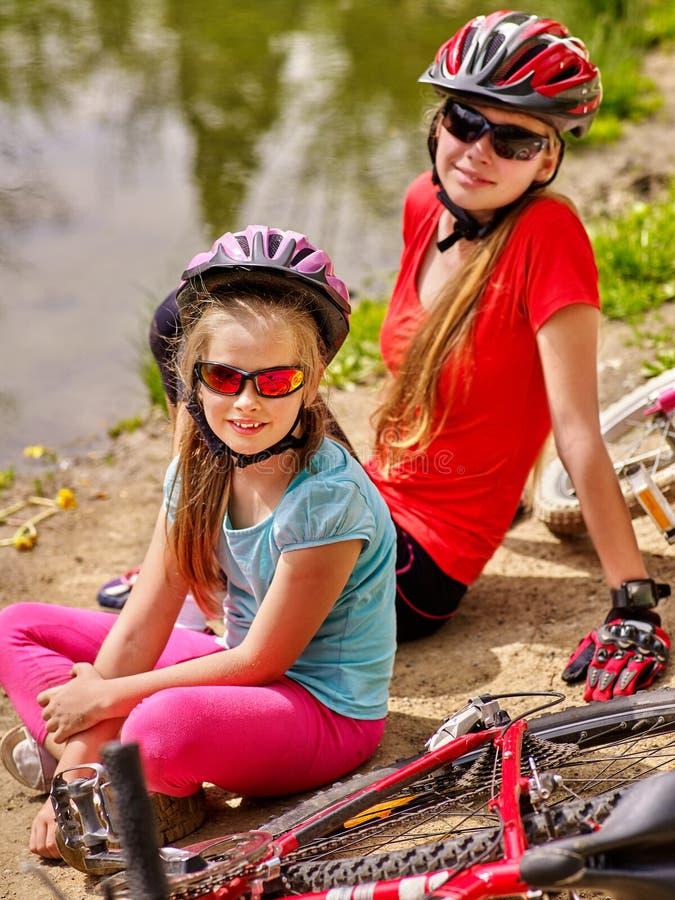 Ποδήλατα που ανακυκλώνουν την οικογένεια Ευτυχές ποδήλατο γύρων μητέρων και κορών στοκ φωτογραφίες