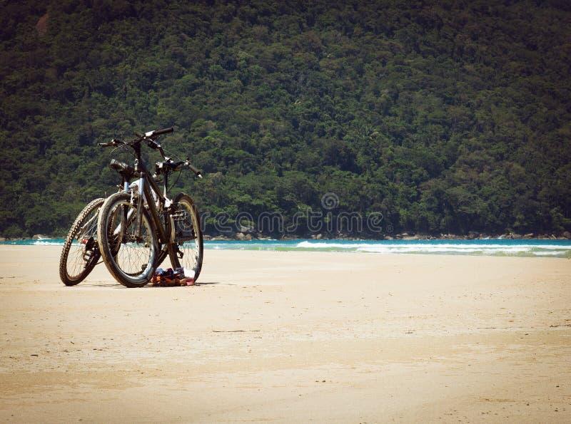 Ποδήλατα στην παραλία στοκ φωτογραφίες