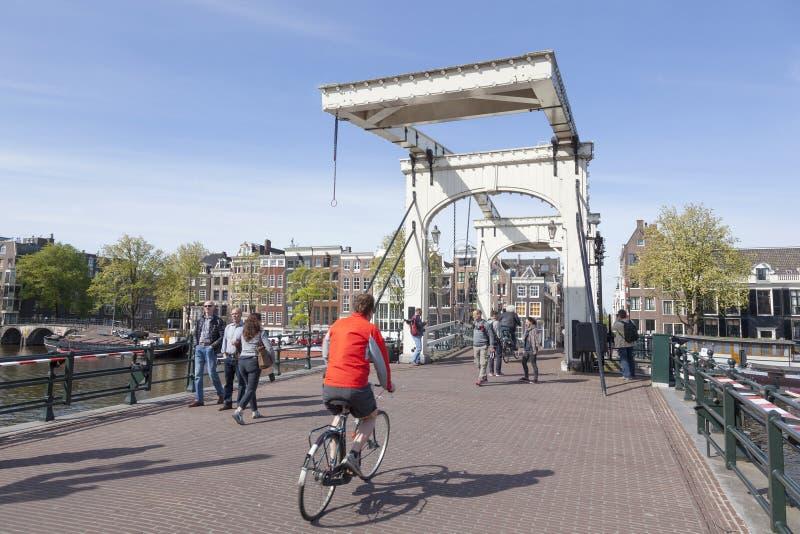 Ποδήλατα στη μεμβρανοειδή γέφυρα στο κέντρο του Άμστερνταμ στοκ εικόνα