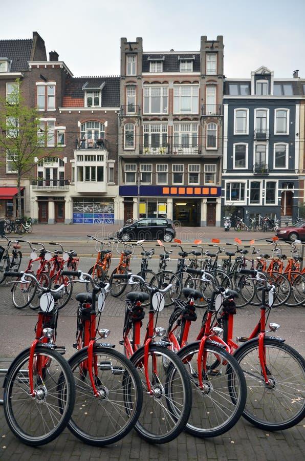 Ποδήλατα του Άμστερνταμ στην κενή οδό στοκ φωτογραφία με δικαίωμα ελεύθερης χρήσης
