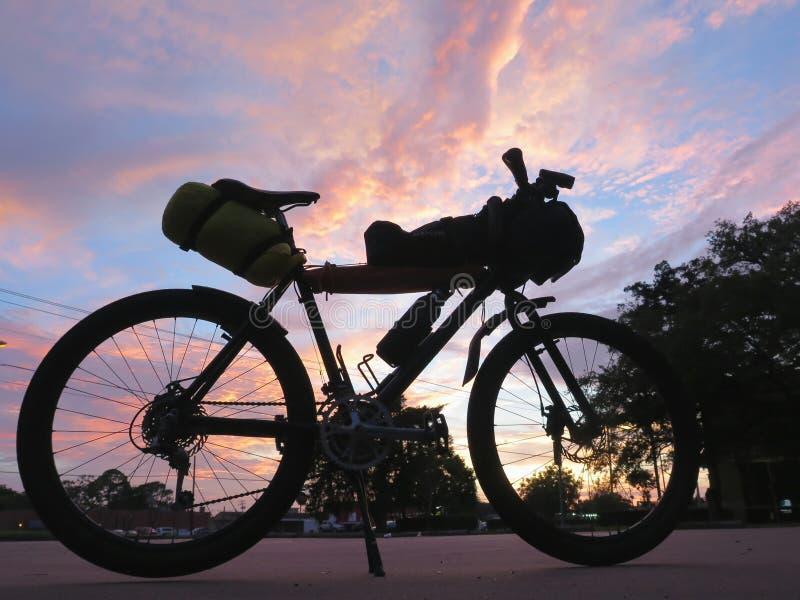 Ποδήλατο βουνών για να περιοδεύσει ποδηλάτων και τη συσκευασία ποδηλάτων στοκ φωτογραφία με δικαίωμα ελεύθερης χρήσης