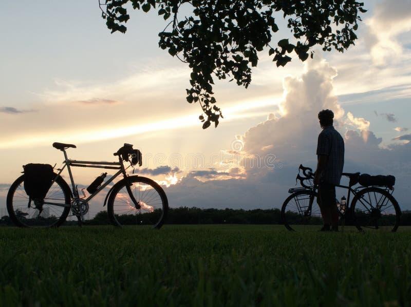 Ποδήλατο και άτομο βουνών με να περιοδεύσει το ποδήλατο στοκ φωτογραφίες