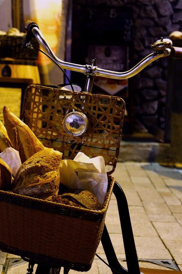 Ποδήλατο και ψωμί για τις υπαίθριες διακοσμήσεις στοκ φωτογραφίες