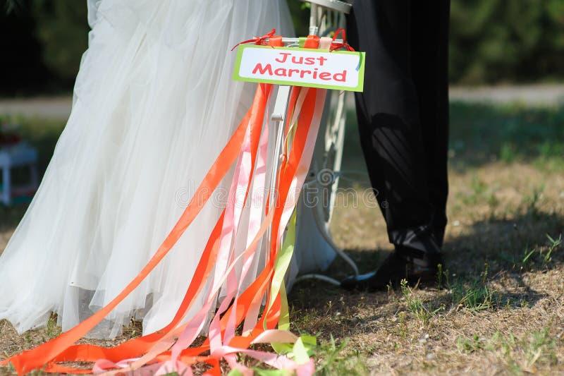 Ποδήλατο με ακριβώς το παντρεμένο σημάδι στοκ φωτογραφία με δικαίωμα ελεύθερης χρήσης