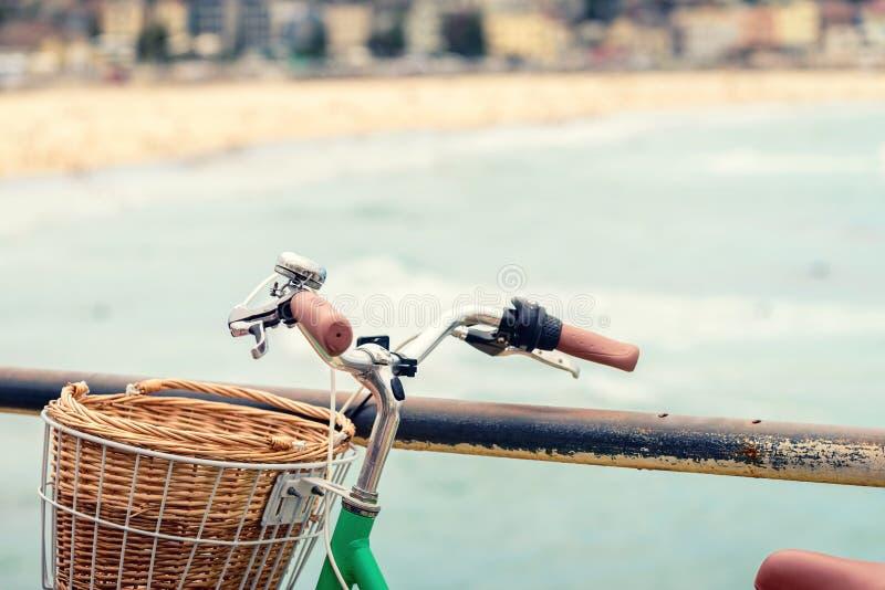 Download Ποδήλατο με το καλάθι στην παραλία Στοκ Εικόνες - εικόνα από παράκτιος, καλλιέργεια: 62714844