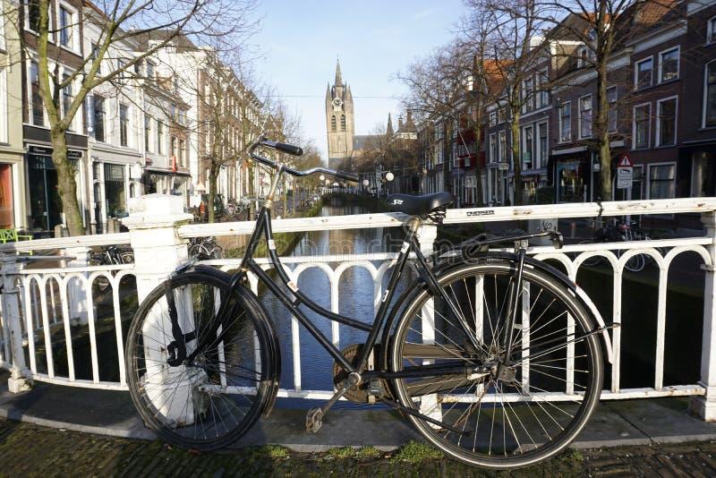 Ποδήλατο μπροστά από το κανάλι στο Ντελφτ στοκ φωτογραφία με δικαίωμα ελεύθερης χρήσης