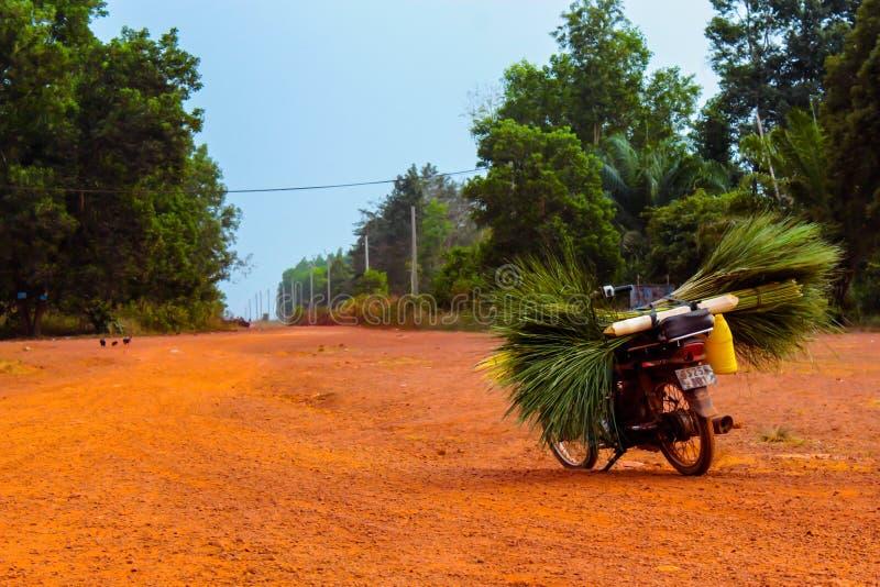 Ποδήλατο στον κενό δρόμο στοκ φωτογραφίες