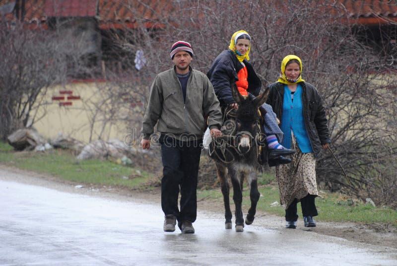 Πολίτες της Αλβανίας που πωλούν τις πατάτες σε Κόσοβο στοκ εικόνες