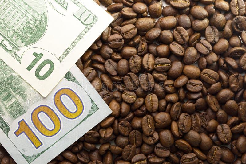 Πολλαπλάσια αμερικανικά δολάρια Υπόβαθρο των δολαρίων με τον καφέ στοκ φωτογραφίες με δικαίωμα ελεύθερης χρήσης