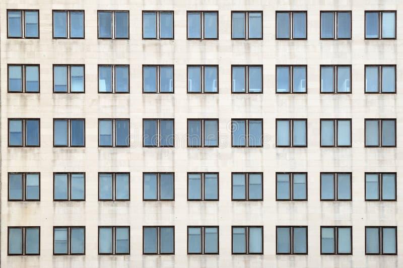 Πολλαπλάσια κλειστά παράθυρα σε ένα μεγάλο κτίριο γραφείων στοκ φωτογραφία με δικαίωμα ελεύθερης χρήσης
