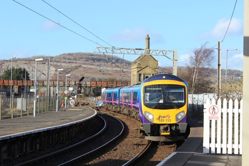 Πολλαπλών ενοτήτων τραίνο diesel που φθάνει στο σταθμό στοκ εικόνες με δικαίωμα ελεύθερης χρήσης