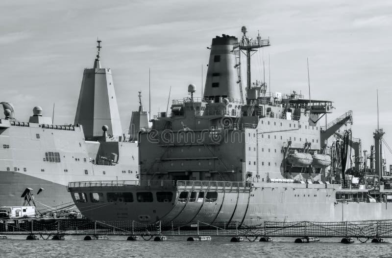 Πολεμικά πλοία στο λιμένα γραπτό στοκ εικόνα