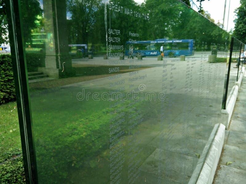 Πολεμικό μνημείο γυαλιού στοκ εικόνα με δικαίωμα ελεύθερης χρήσης