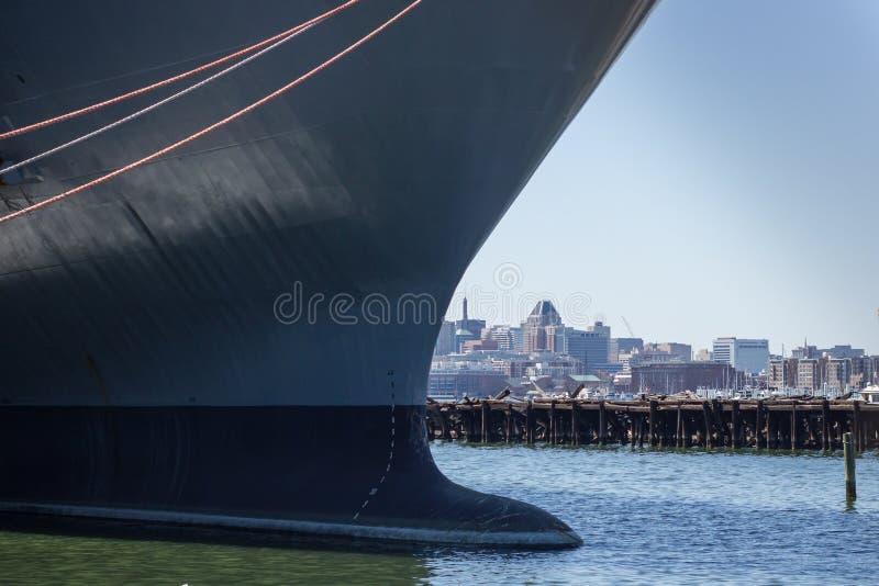 Πολεμικό πλοίο και ορίζοντας στο κέντρο της πόλης Βαλτιμόρη, Μέρυλαντ στοκ εικόνες