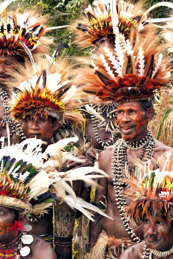Πολεμιστές φυλής στα φτερά πουλιών του παραδείσου και τα έργα ζωγραφικής σωμάτων στοκ εικόνες