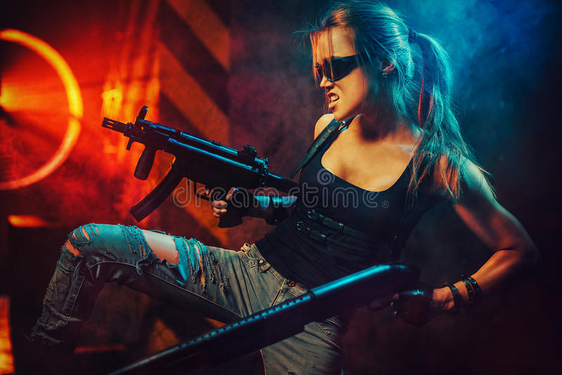 Πολεμιστής γυναικών με τα πυροβόλα όπλα στοκ φωτογραφία με δικαίωμα ελεύθερης χρήσης