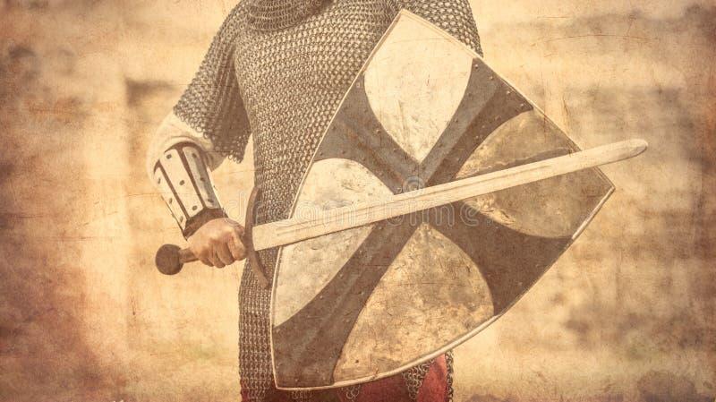 Πολεμιστής με το ξίφος και την ασπίδα στοκ φωτογραφία με δικαίωμα ελεύθερης χρήσης