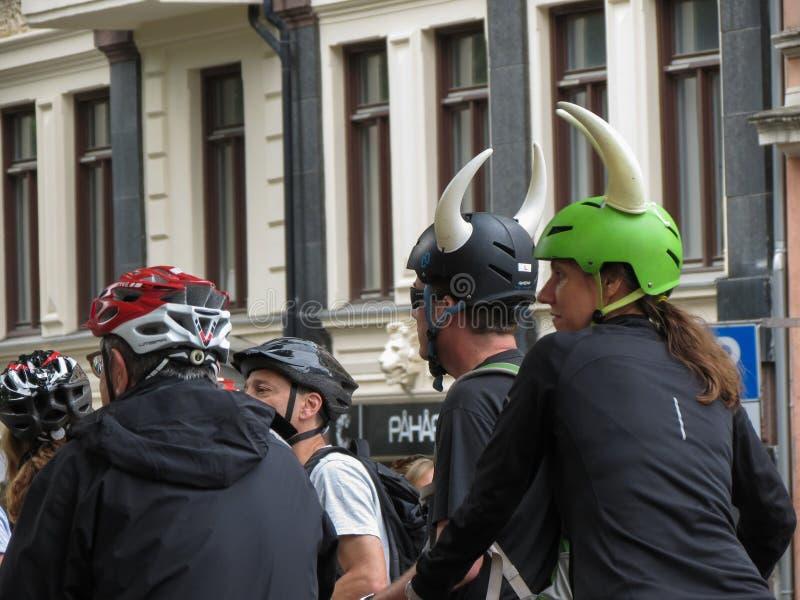 Ποδηλάτες με το κράνος Βίκινγκ στο Όσλο στοκ φωτογραφία