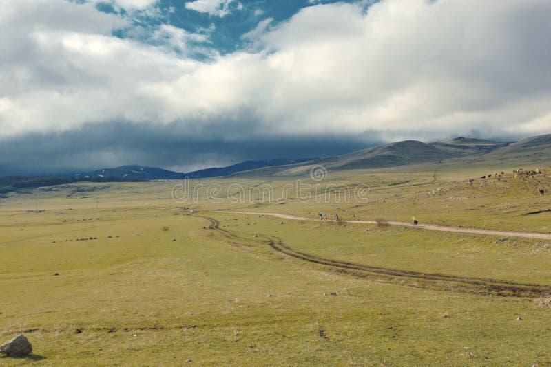 Ποδηλάτες που ταξιδεύουν στα βουνά της Γεωργίας όμορφη φύση lifestyle στοκ φωτογραφία με δικαίωμα ελεύθερης χρήσης