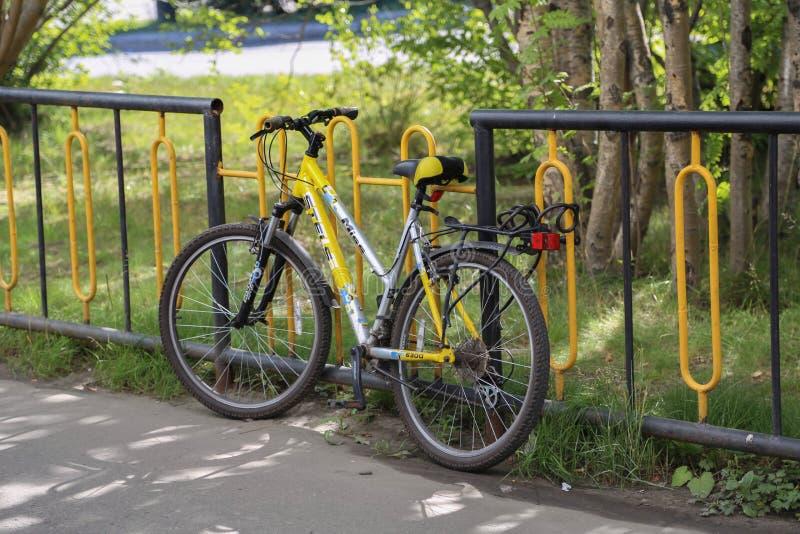 Ποδηλάτες στο φράκτη στοκ φωτογραφίες