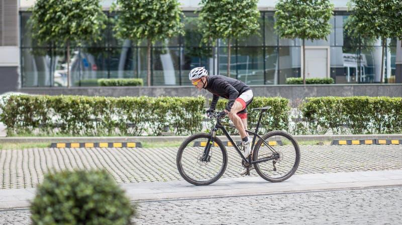 Ποδηλάτης ατόμων sportswear στο γύρο στο δρόμο στην πόλη στοκ φωτογραφία με δικαίωμα ελεύθερης χρήσης