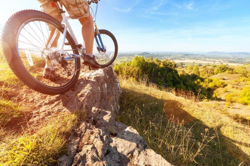 Ποδηλάτης βουνών που εξετάζει προς τα κάτω τη διαδρομή ρύπου στοκ φωτογραφία