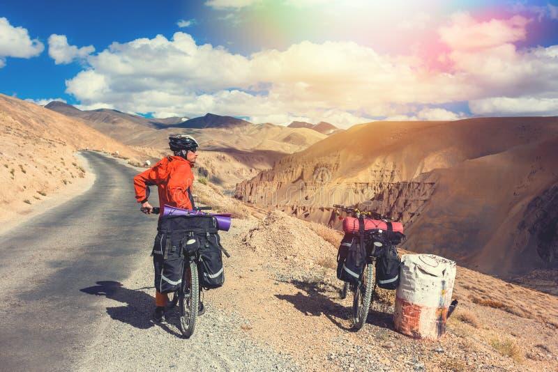 Ποδηλάτης που στέκεται στο δρόμο βουνών Ιμαλάια, κράτος του Τζαμού και Κασμίρ, βόρεια Ινδία στοκ εικόνα με δικαίωμα ελεύθερης χρήσης