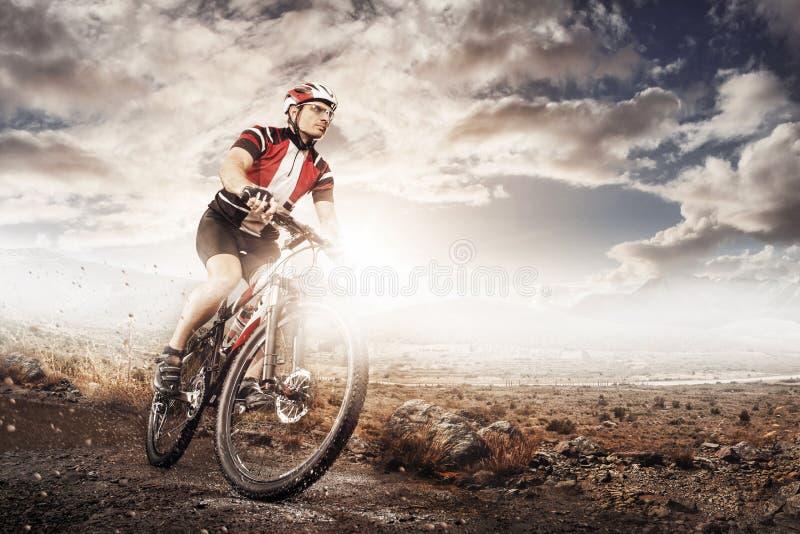 Ποδηλάτης ποδηλάτων βουνών που οδηγά την ενιαία διαδρομή στοκ φωτογραφίες