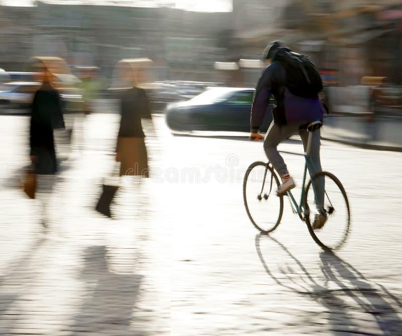 Ποδηλάτης στο οδόστρωμα πόλεων στοκ φωτογραφία