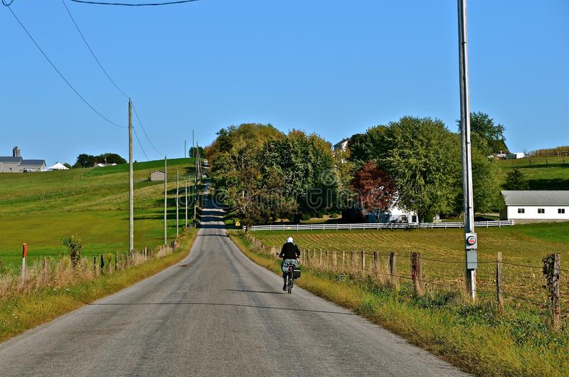Ποδηλάτης Amish στο δρόμο στοκ εικόνα