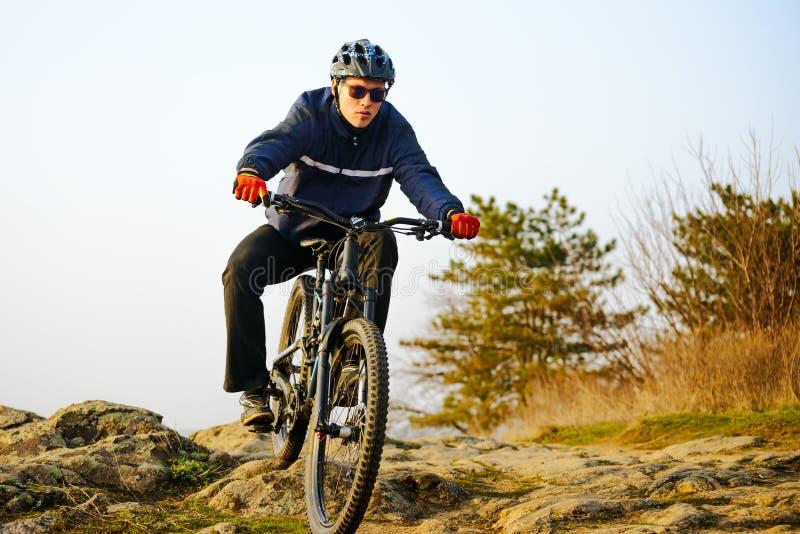 Ποδηλάτης Enduro που οδηγά το ποδήλατο βουνών κάτω από το όμορφο δύσκολο ίχνος Ακραία αθλητική έννοια Διάστημα για το κείμενο στοκ εικόνες