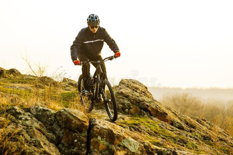 Ποδηλάτης Enduro που οδηγά το ποδήλατο βουνών κάτω από το όμορφο δύσκολο ίχνος Ακραία αθλητική έννοια Διάστημα για το κείμενο στοκ φωτογραφίες με δικαίωμα ελεύθερης χρήσης
