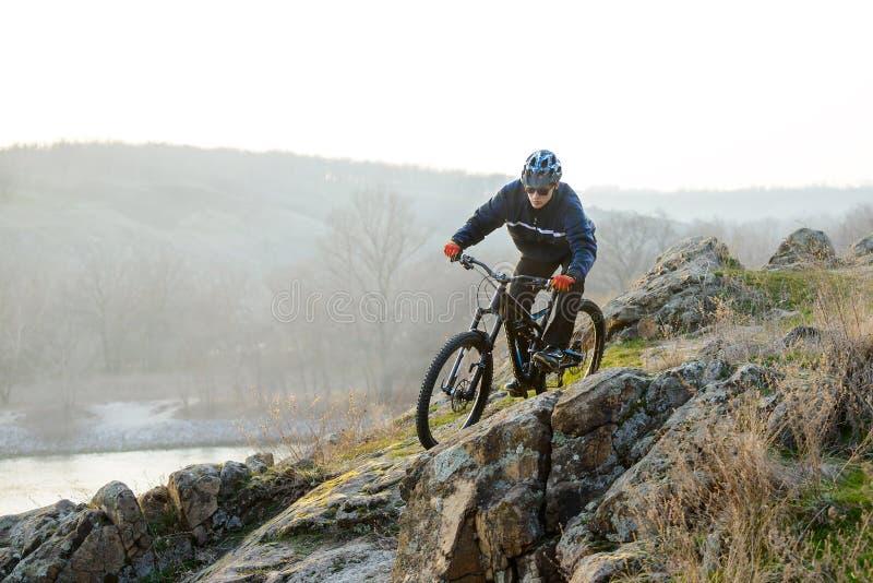 Ποδηλάτης Enduro που οδηγά το ποδήλατο βουνών κάτω από το όμορφο δύσκολο ίχνος Ακραία αθλητική έννοια Διάστημα για το κείμενο στοκ εικόνες με δικαίωμα ελεύθερης χρήσης