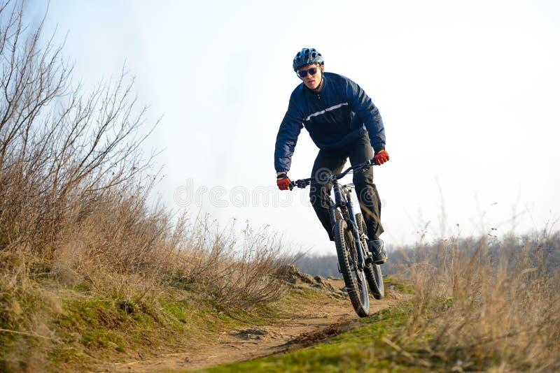 Ποδηλάτης Enduro που οδηγά το ποδήλατο βουνών κάτω από το όμορφο δύσκολο ίχνος Ακραία αθλητική έννοια Διάστημα για το κείμενο στοκ φωτογραφία